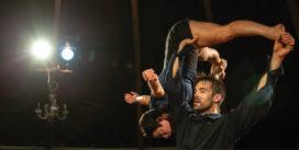 Trois acrobates, une chanteuse et un pianiste nous convient à un rendez-vous circassien en toute intimité.